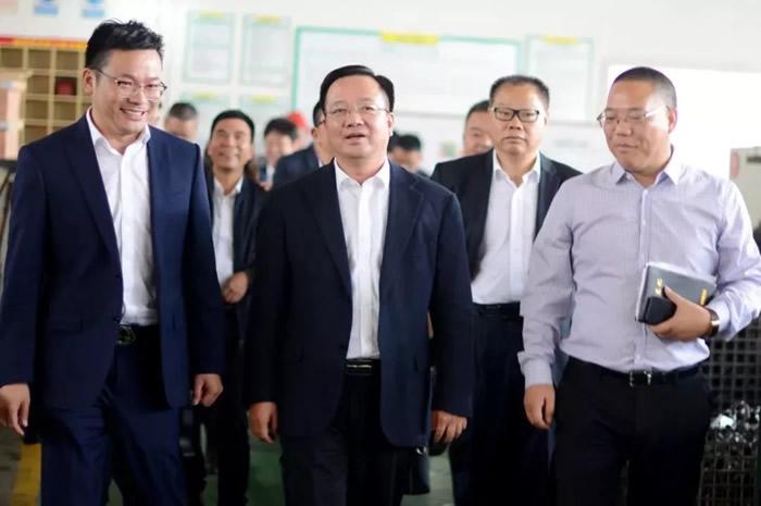 县委书记姜景峰走访纽顿,希望纽顿依靠科技、人才和创新做专做精,做强做大